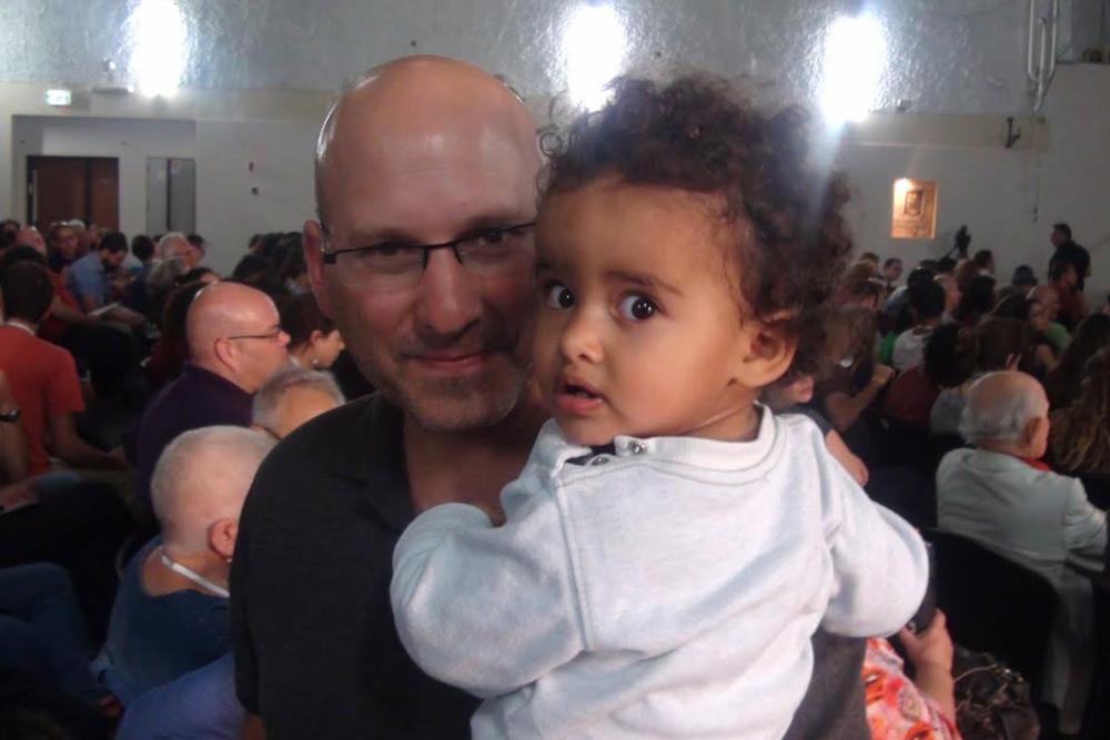 ערן חרמוני - ראש המרכז הרעיוני בקרן ברל כצנלסון - שותפתנו בתוכנית לכלכלנים חברתיים, יחד עם בתו המקסימה אלינור.