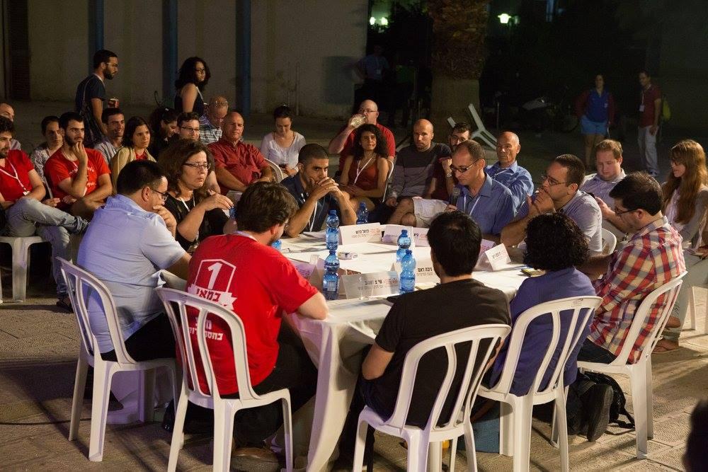 """אחד מארבעת השולחנות העגולים בכנס עסק בשאלה- מהם הרעיונות החברתיים-כלכליים שצריכים לקדם בישראל 2016. גיא פדה, יו""""ר הועד המנהל של המכללה, הנחה את השולחן המרתק."""