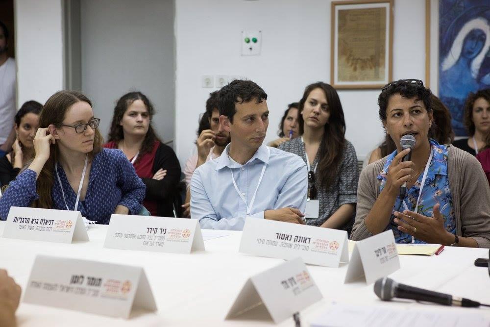 """האם המגזר הציבורי בישראל משנה את פניו ומקדם החלטות טובות יותר? את השולחן העגול בנושא הנחה מיקי פלד (כלכליסט). בתמונה- ראונק נאטור, מנכ""""לית שותפה של עמותת סיכוי, ניר קידר-סמנכ""""ל לתכנון אסטרטגי וכלכלי במשרד הבריאות, ודניאלה גרא-מרגליות, רכזת תחבורה במשרד האוצר. ברקע- מעין ספיבק וניב בן יהודה, סטודנטים במחזור ב' של התוכנית לכלכלנים חברתיים."""